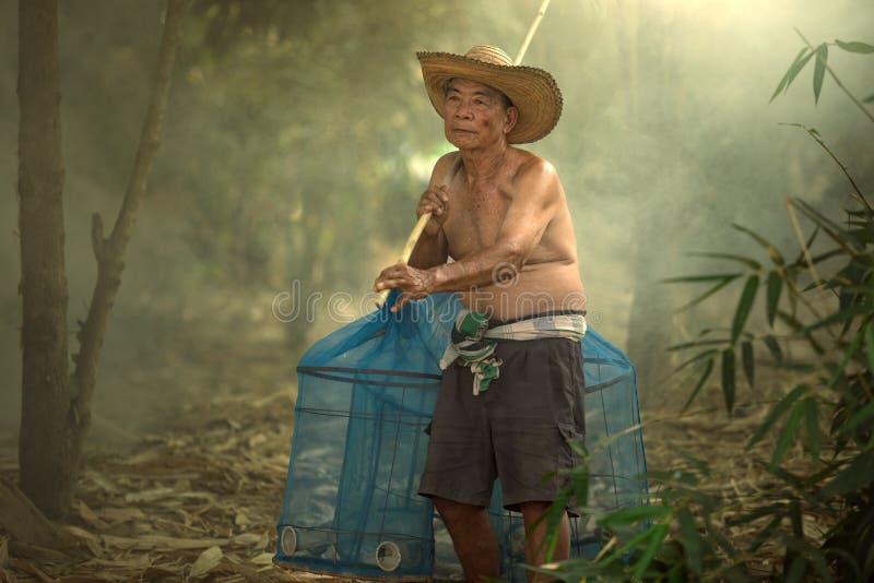 O ancião superior é pescador em Mekong River tailandês e em Laos ir fotos de stock royalty free