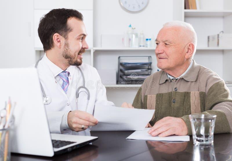 O ancião visita o doutor fotos de stock royalty free