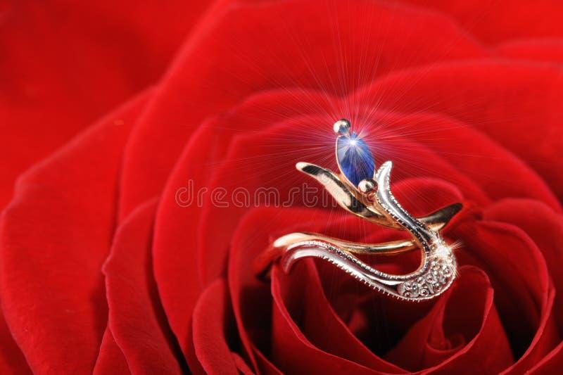 O anel da faísca em um vermelho levantou-se fotografia de stock royalty free