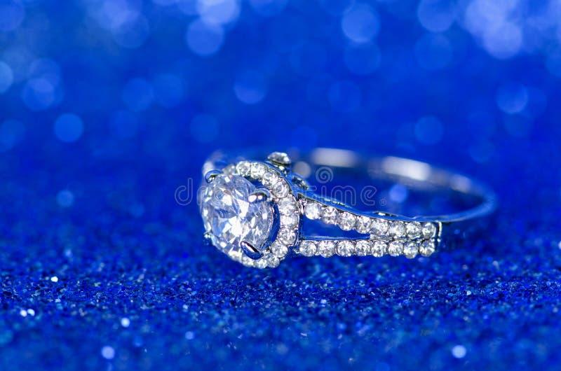 O anel da joia contra o fundo azul imagens de stock