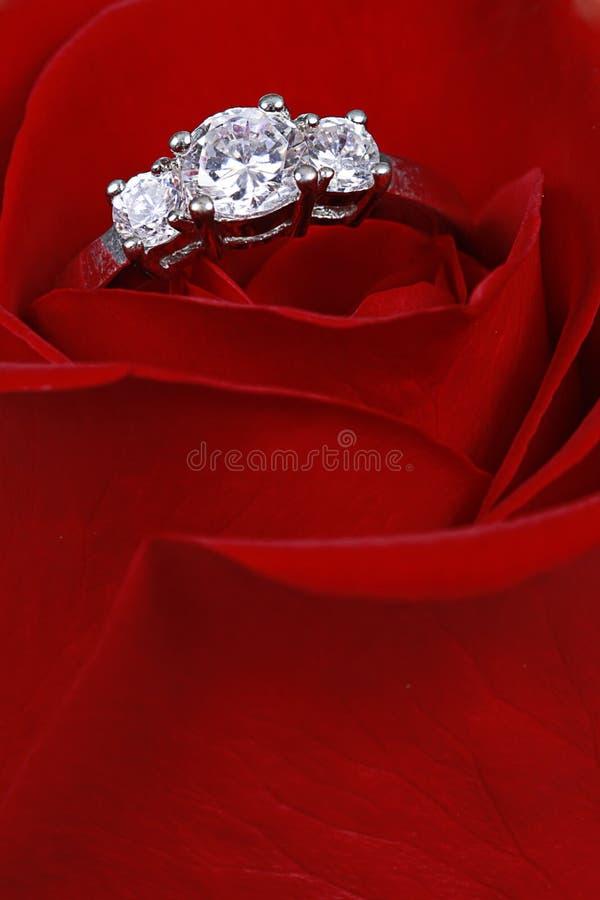 O anel de diamante no vermelho levantou-se imagem de stock