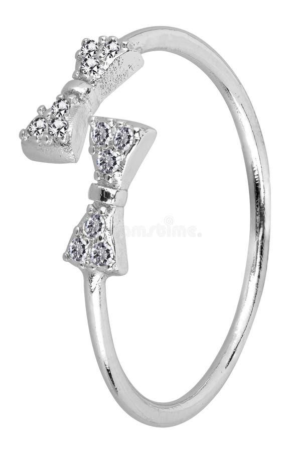 O anel de prata da mulher ajustável com o projeto e os diamantes da fita, isolados no fundo branco, trajeto de grampeamento inclu imagens de stock