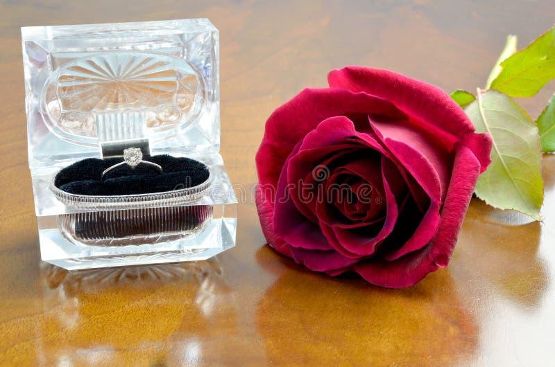 O anel e o vermelho de diamante levantaram-se foto de stock royalty free