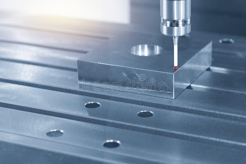 O anexo tocante da ponta de prova no processo da calibração da máquina do CNC fotografia de stock