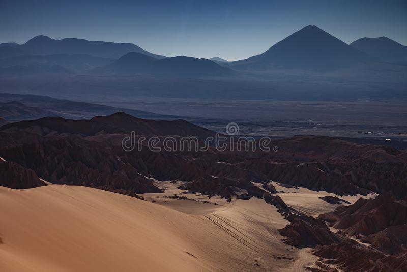 O anfiteatro ? forma??o geological bonita de vale da lua no deserto de Atacama, o Chile imagem de stock