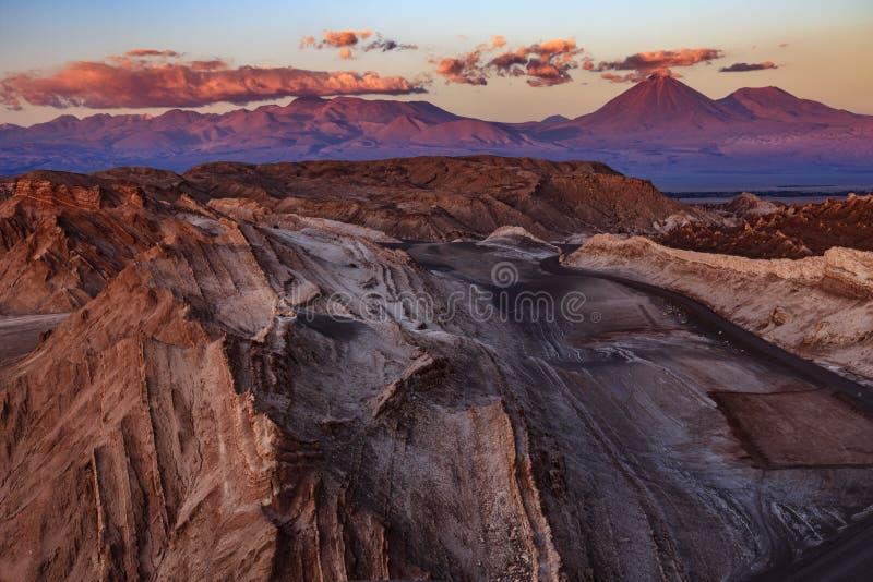 O anfiteatro ? forma??o geological bonita de vale da lua no deserto de Atacama, o Chile fotos de stock royalty free