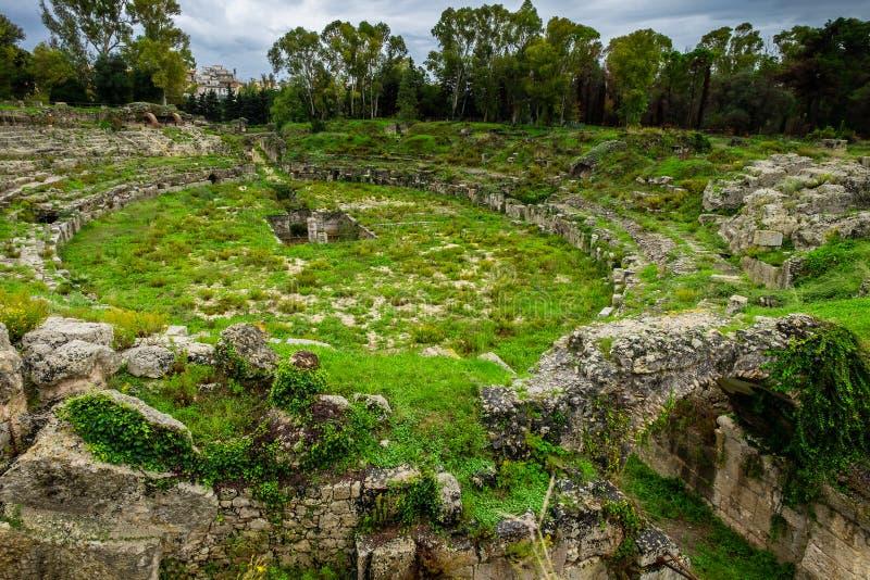 O anfiteatro romano de Siracusa, ruínas no parque arqueológico, Sicília foto de stock