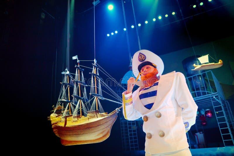O animador está ao lado do veleiro modelo imagens de stock