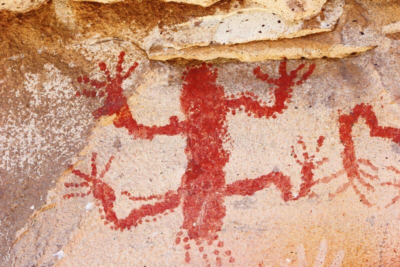 O animal pré-histórico na caverna entrega a caverna imagem de stock