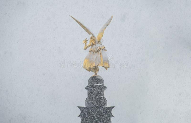 O anjo da paz na parte superior do monumento de Friedensengel em Munich, Alemanha durante o srorm da neve fotos de stock royalty free