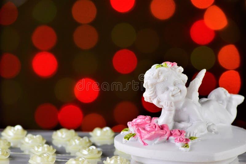 O anjo do Valentim de Saint do amor e do contexto do feriado das rosas e das luzes brilhantes O anjo voado do amor comunica-se foto de stock