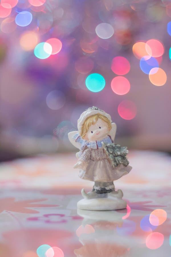 O anjo está no fundo da corrente clara do bokeh no Natal imagem de stock