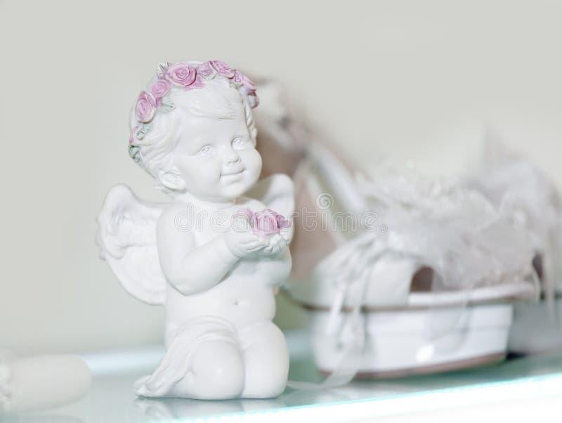 O anjo que o rosa branco aumentou convite do cartão do laço calça o presente nupcial da união do casamento imagem de stock royalty free