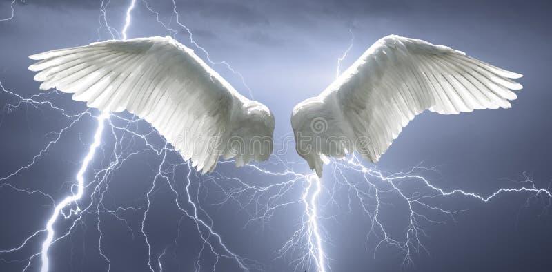 O anjo voa com o fundo feito do céu e do relâmpago imagens de stock royalty free