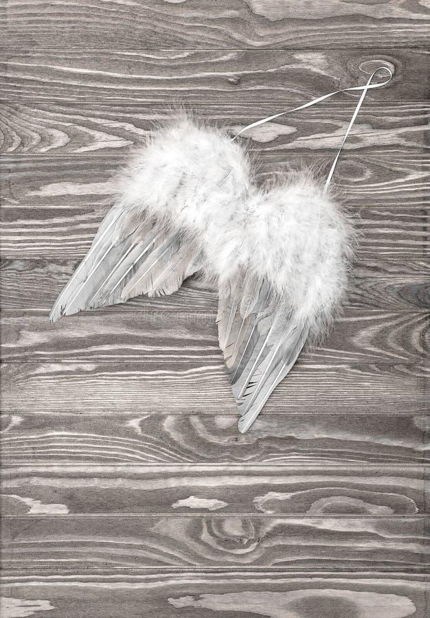 O anjo voa a decoração de madeira do Natal do fundo imagens de stock royalty free