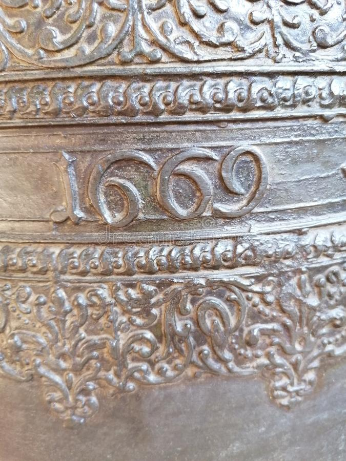 O ano de 1669 inscrito num sino da igreja fotografia de stock royalty free