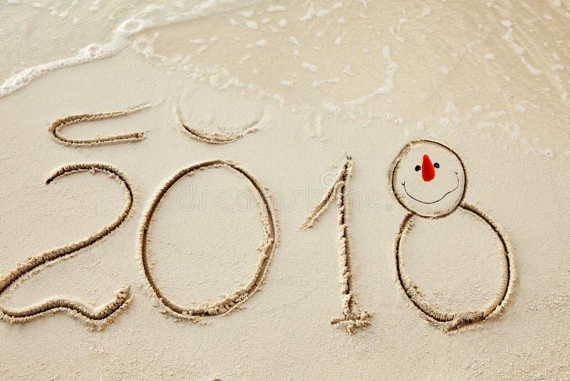 O ano novo 2018 é conceito de vinda acene a vinda ao conceito 2018 na praia da areia na manhã imagens de stock royalty free