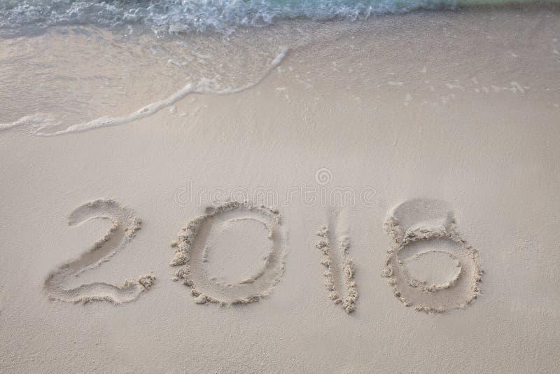O ano novo 2018 é conceito de vinda acene a vinda ao conceito 2018 na praia da areia na manhã imagem de stock royalty free
