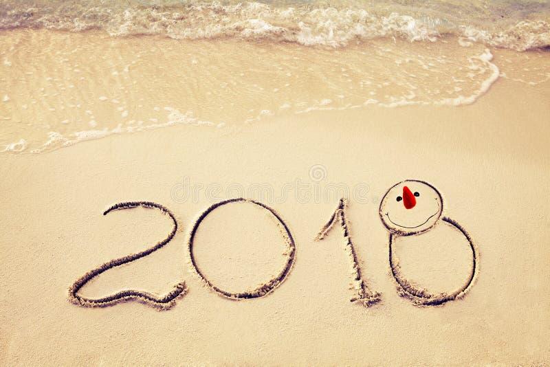 O ano novo 2018 é conceito de vinda acene a vinda ao conceito 2018 na praia da areia na manhã fotografia de stock