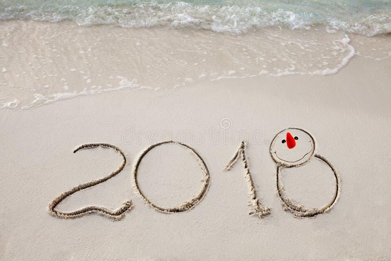 O ano novo 2018 é conceito de vinda acene a vinda ao conceito 2018 na praia da areia na manhã fotografia de stock royalty free