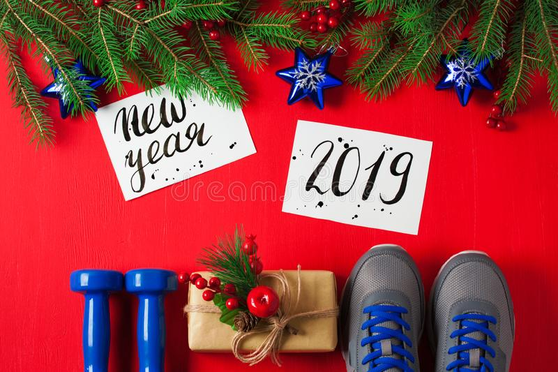 O ano novo 2019 das sapatilhas dos pesos da composição do esporte do Natal deixou fotos de stock
