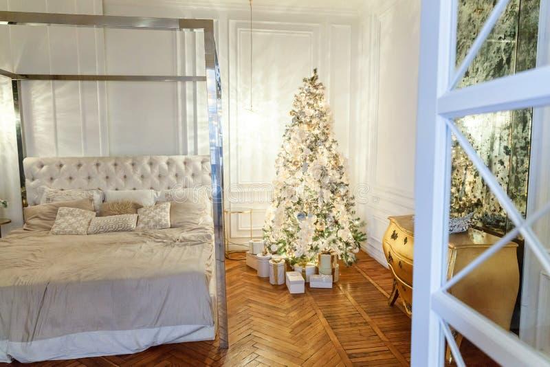 O ano novo do Natal clássico decorou a sala interior fotografia de stock