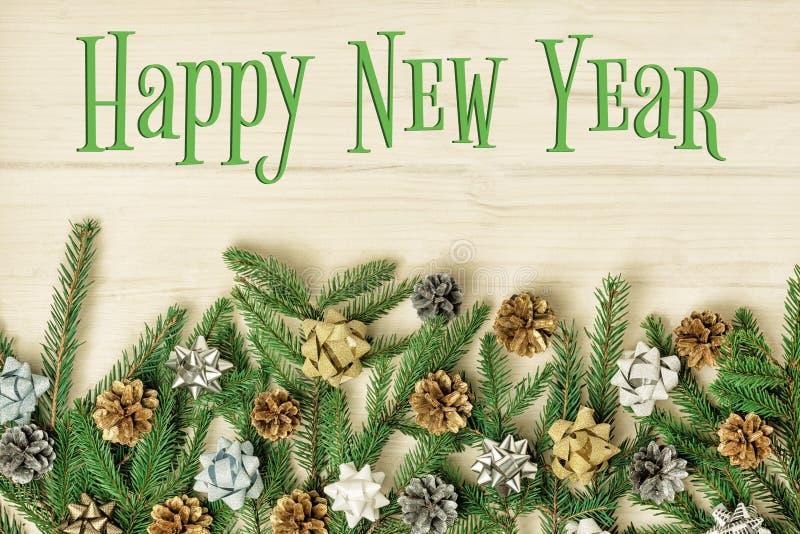O ano novo feliz da inscrição em um fundo de madeira claro Composição bonita do Natal dos ramos do abeto decorados imagens de stock royalty free