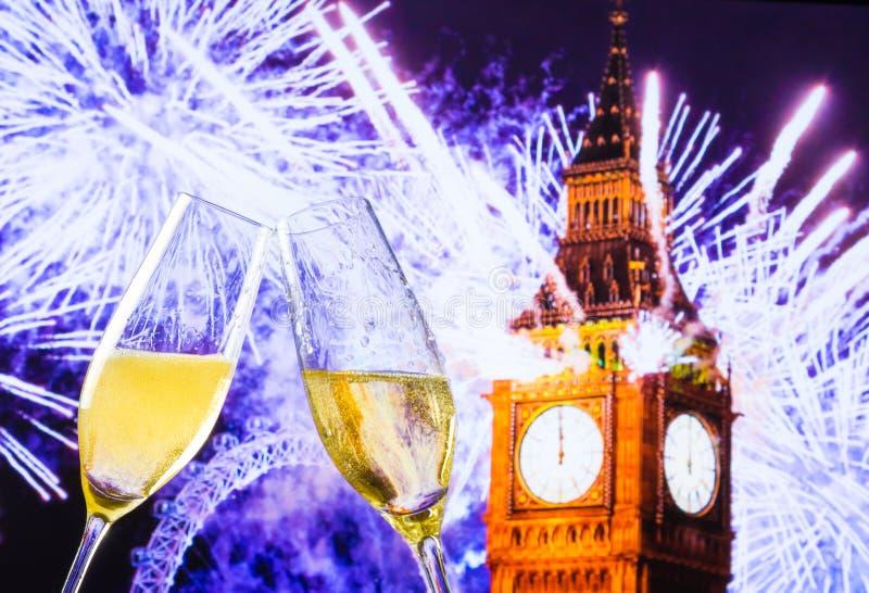O ano novo ou o Natal na meia-noite com flautas de champanhe fazem elogios no fundo do pulso de disparo ilustração royalty free