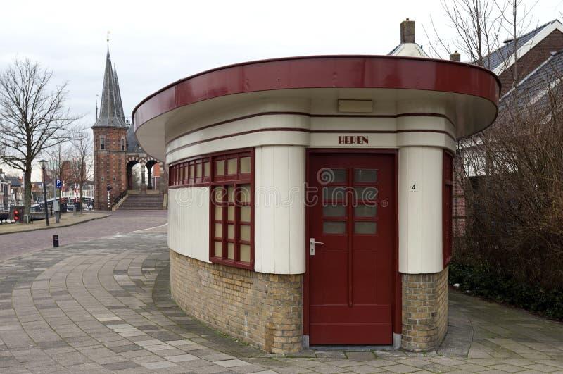 O antigo prédio de escritórios é agora um toalete público foto de stock