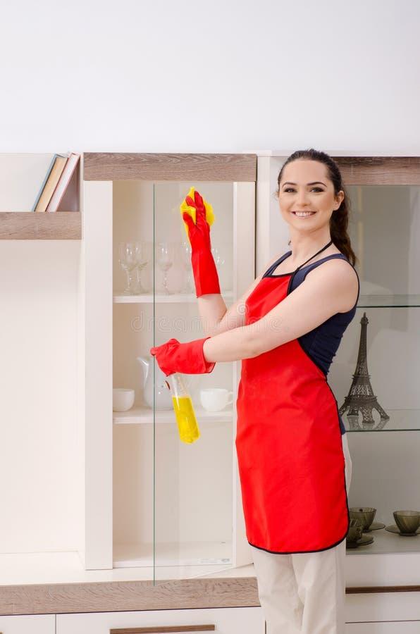 O apartamento bonito novo da limpeza da mulher imagem de stock