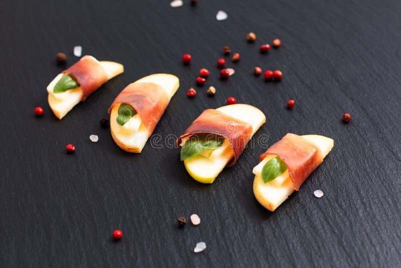 O aperitivo Apple do feriado do alimento, brie e secado curado melhora Bresao fotografia de stock