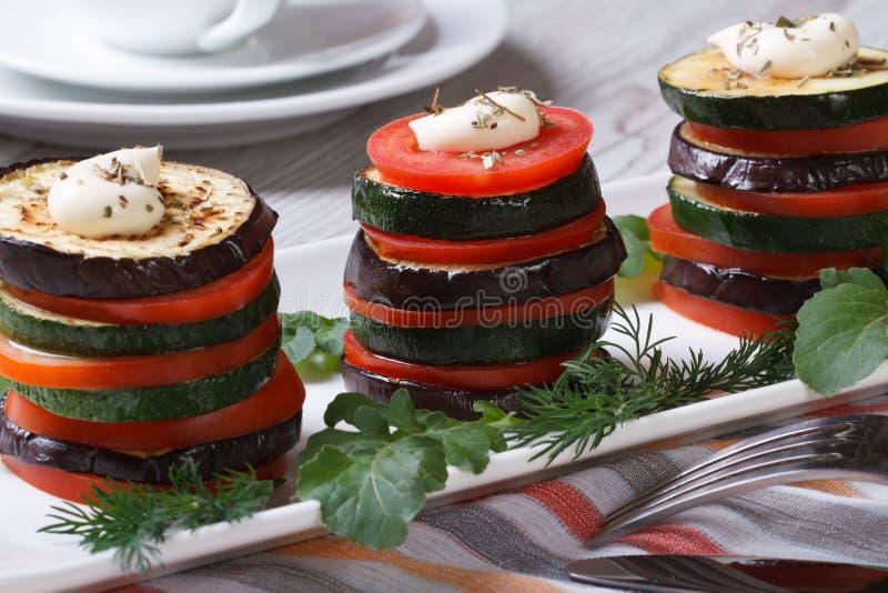 O aperitivo do abobrinha, dos tomates e das beringelas cozeu com aneto foto de stock royalty free