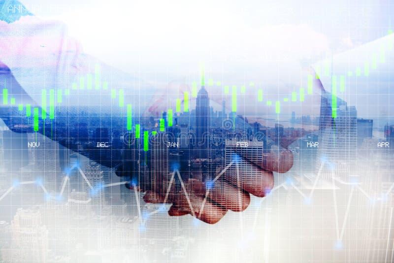 O aperto de mão dos sócios comerciais após o acordo ou o contrato concluem, imagem abstrata imagem de stock royalty free