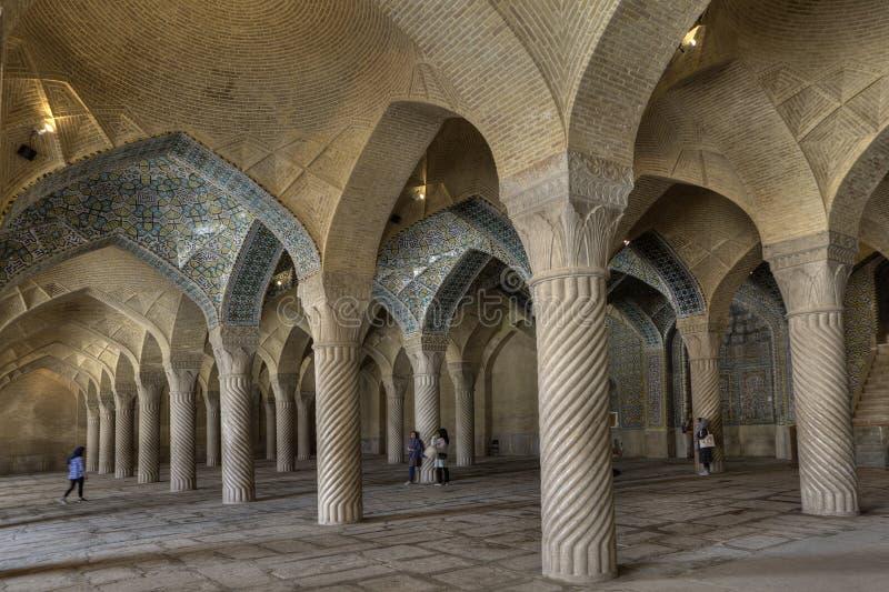 O apoio monolítico das colunas arqueou cofres-forte na mesquita de Vakil, Shiraz imagem de stock royalty free