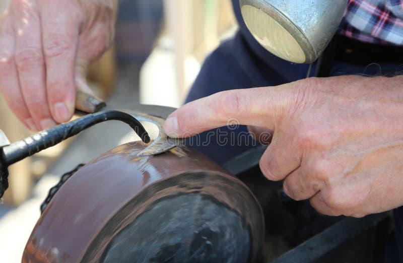 o apontador de faca aponta a lâmina de um conta-cortador imagens de stock