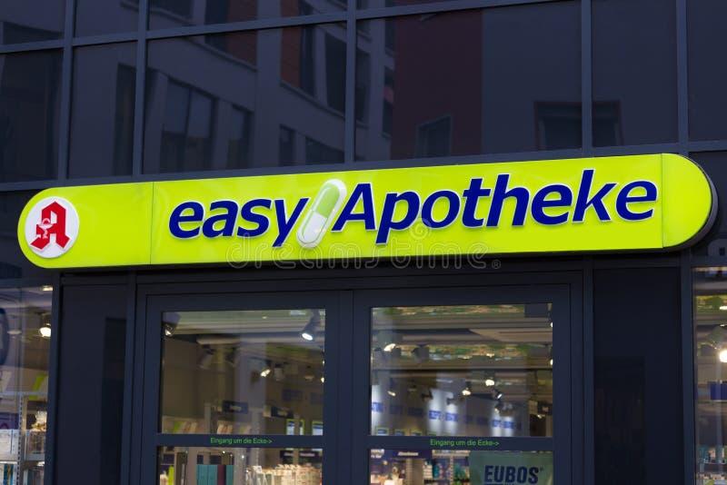 O apotheke f?cil assina dentro o siegburg Alemanha na noite fotos de stock