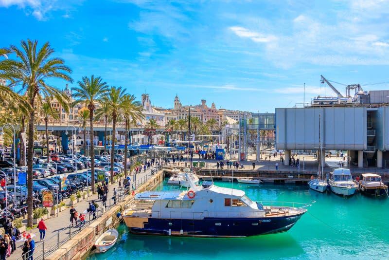 O aquário de Genoa e navios no porto imagem de stock royalty free