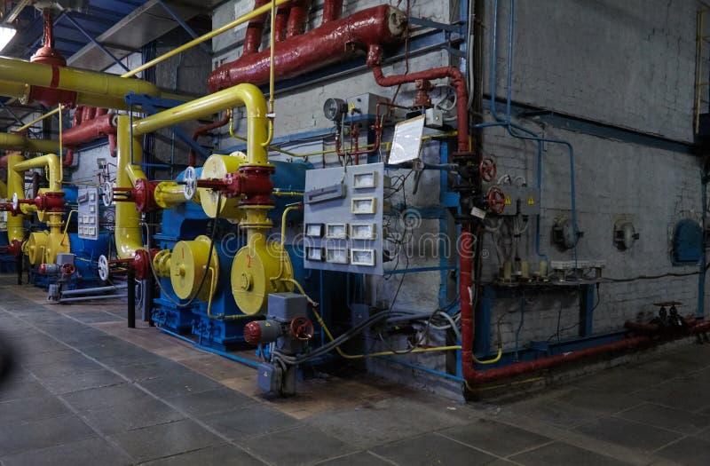 O aquecimento de gás novo moderno reveste o trabalho em uma sala de caldeira foto de stock royalty free