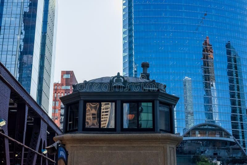 O archticture do laço de Chicago em Wacker & em lago, incluindo arranha-céus modernos espelhados contrastou contra a casa de pont imagens de stock