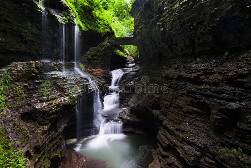 O arco-íris cai, em Watkins Glen State Park, New York fotografia de stock royalty free