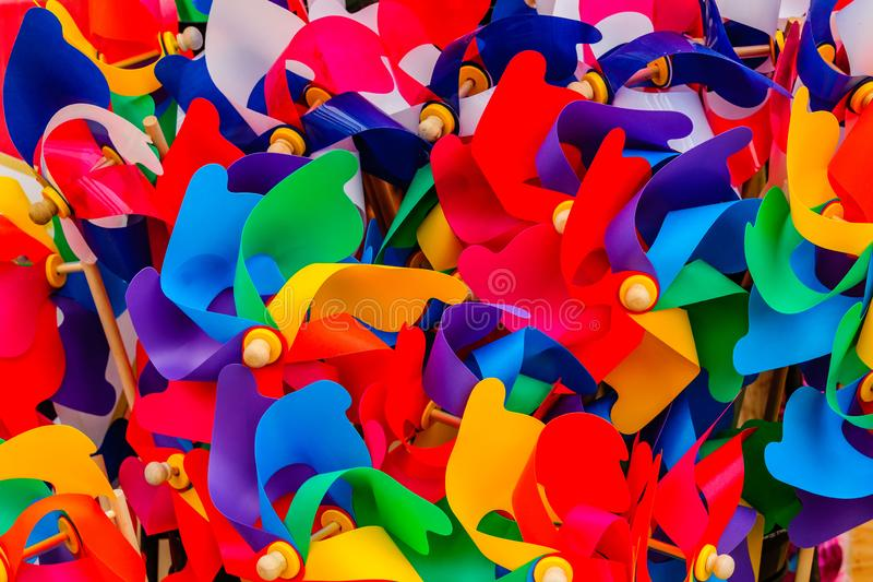 O arco-íris da cor do PVC coloriu o plástico curvado foto de stock