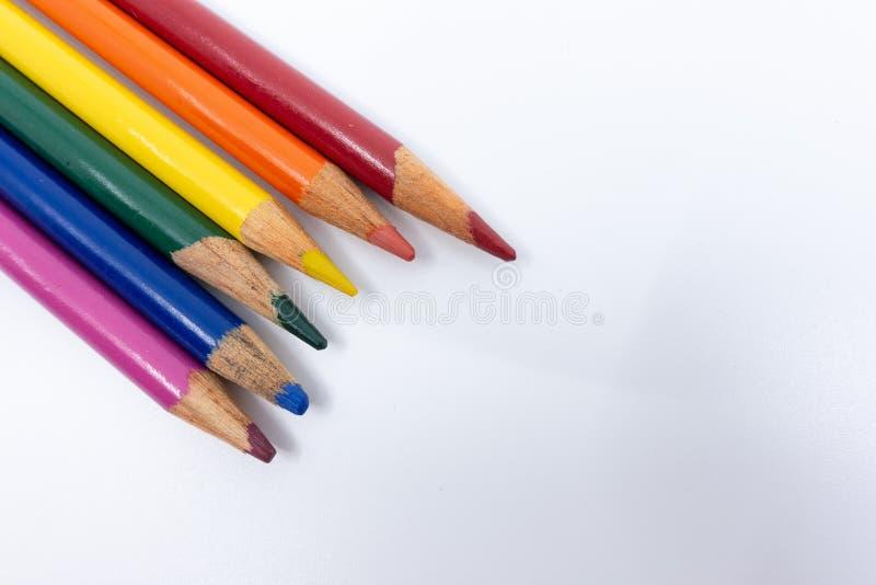 O arco-íris de LGBT e de Gay Pride coloriu lápis contra um fundo branco Conceito da igualdade e da diversidade - imagem fotos de stock