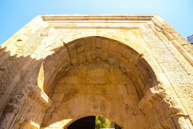 O arco alto é construído dos blocos de pedra foto de stock royalty free