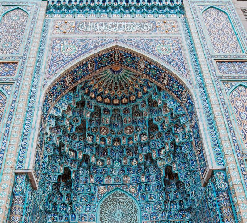 O arco da mesquita em tons azuis é feito do mosaico da religião islâmica imagens de stock