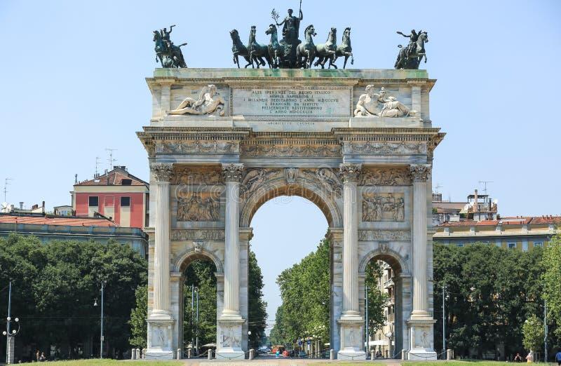 O arco da paz em Milão imagens de stock royalty free