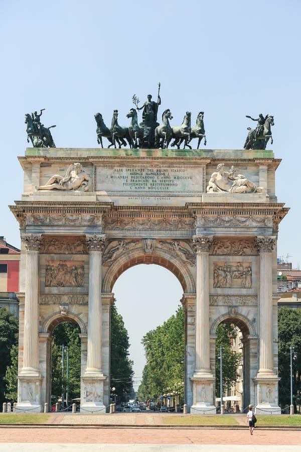 O arco da paz em Milão imagens de stock