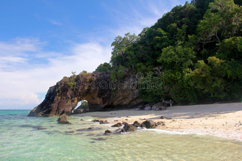 O arco da pedra da natureza em Khai Island, parque nacional de Tarutao, Tailândia fotos de stock