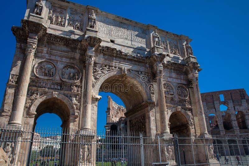 O arco de Constantim um arco triunfal em Roma, situado entre o Colosseum e o monte de Palatine fotos de stock