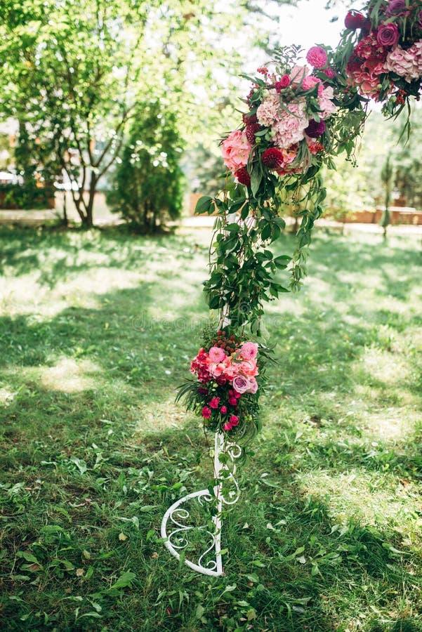 O arco decorou flores roxas e vermelhas imagem de stock royalty free