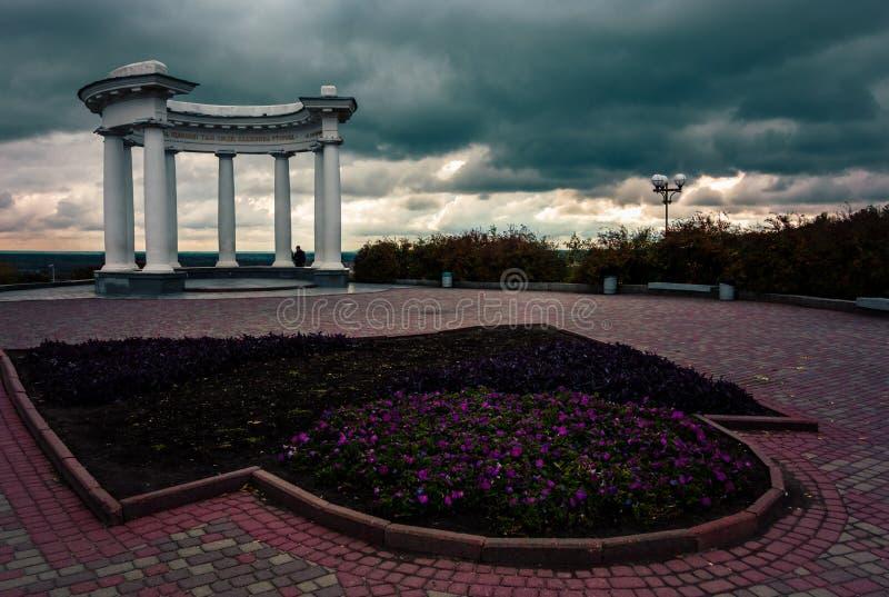 O arco dos amigos em Poltava, Ucrânia imagens de stock royalty free